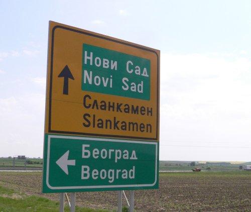 Schild mit 2 Alphabeten